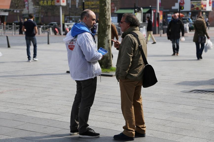 Distribution de tracts pour la liste de Michel Delebarre, candidat UMP à Roubaix, entre les deux tours des élections municipales